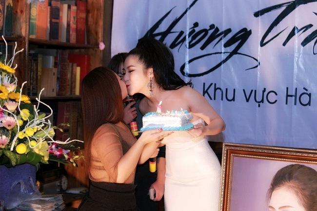 Hương Tràm diện váy quây gợi cảm, hạnh phúc khi được fan Hà Nội liên tục ôm hôn - Ảnh 4.