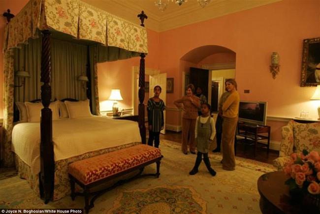 Những bức ảnh hiếm về 2 cô công chúa nhà Obama trong lần đầu đến Nhà Trắng - ảnh 7