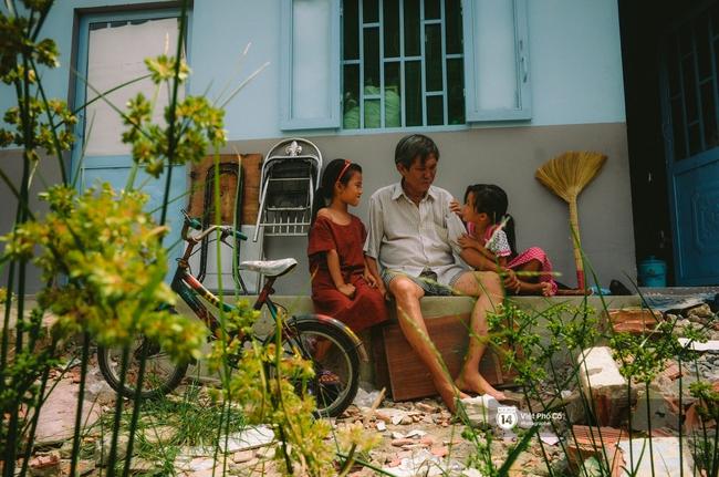 Gia đình vé số Sài Gòn: Ba mẹ ăn chuối luộc thay cơm, hai con gái không biết đến thịt cá - Ảnh 11.