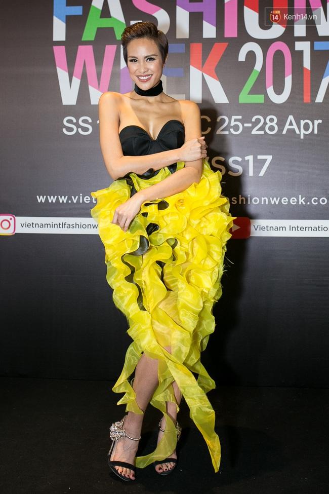 Thảm đỏ VIFW ngày cuối: Phạm Hương và Tóc Tiên cùng chọn style chất quằn quại, Hoa hậu Thu Thảo chưa bao giờ chói đến thế - Ảnh 25.