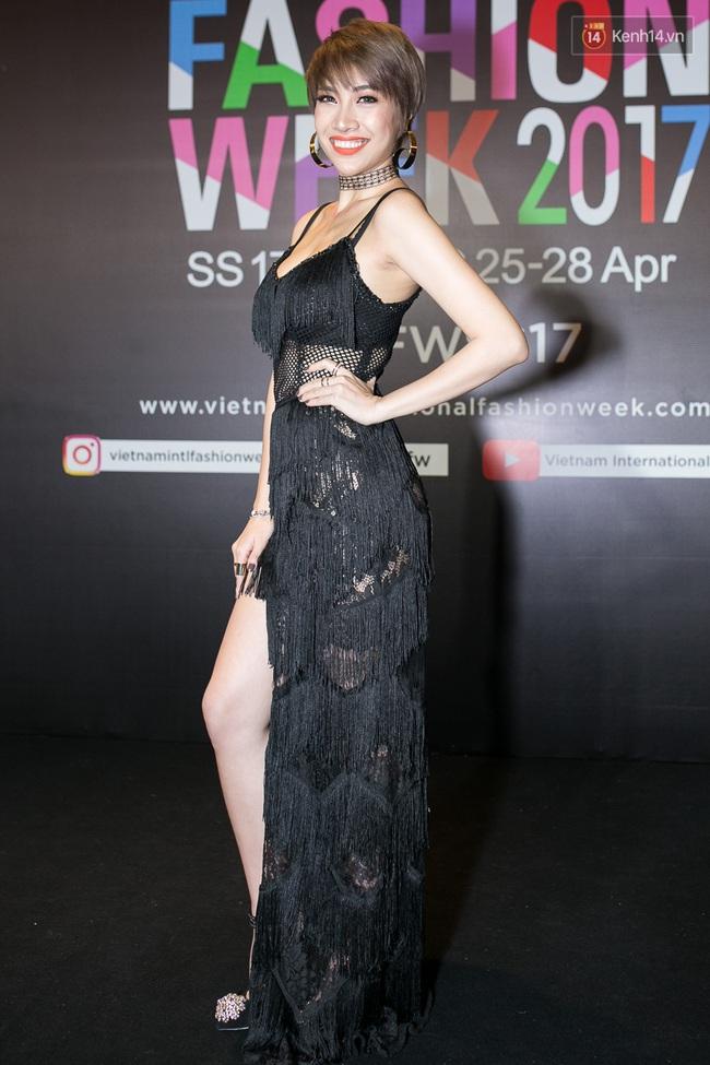 Thảm đỏ VIFW ngày cuối: Phạm Hương và Tóc Tiên cùng chọn style chất quằn quại, Hoa hậu Thu Thảo chưa bao giờ chói đến thế - Ảnh 26.
