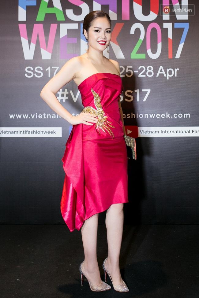 Thảm đỏ VIFW ngày cuối: Phạm Hương và Tóc Tiên cùng chọn style chất quằn quại, Hoa hậu Thu Thảo chưa bao giờ chói đến thế - Ảnh 21.