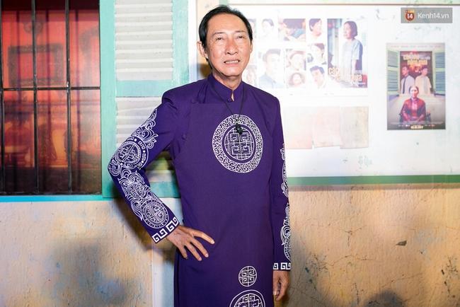 Hoài Linh mặc áo bà ba đến ủng hộ đoàn phim Có căn nhà nằm nghe nắng mưa - Ảnh 4.