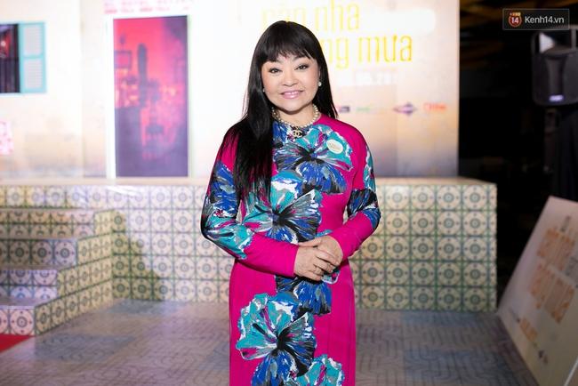 Hoài Linh mặc áo bà ba đến ủng hộ đoàn phim Có căn nhà nằm nghe nắng mưa - Ảnh 9.
