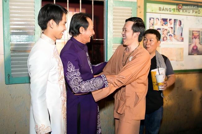 Hoài Linh mặc áo bà ba đến ủng hộ đoàn phim Có căn nhà nằm nghe nắng mưa - Ảnh 1.