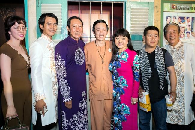 Hoài Linh mặc áo bà ba đến ủng hộ đoàn phim Có căn nhà nằm nghe nắng mưa - Ảnh 2.