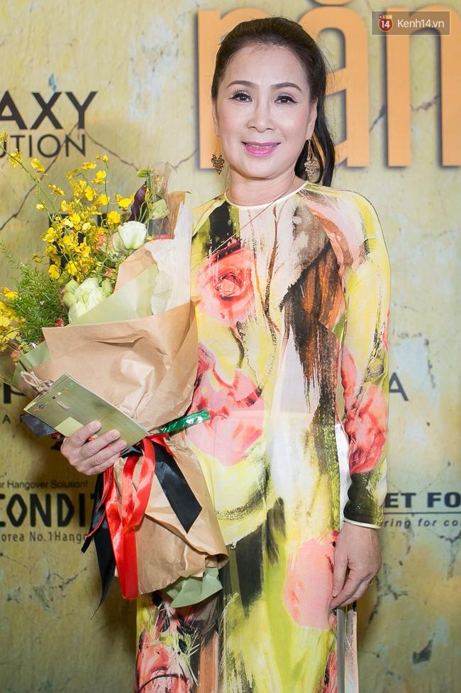 Hoài Linh mặc áo bà ba đến ủng hộ đoàn phim Có căn nhà nằm nghe nắng mưa - Ảnh 3.