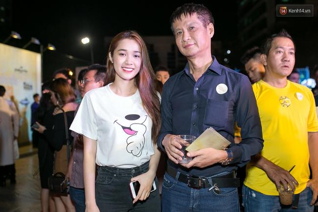 Hoài Linh mặc áo bà ba đến ủng hộ đoàn phim Có căn nhà nằm nghe nắng mưa - Ảnh 15.
