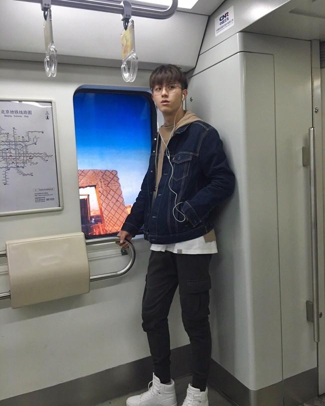 Lại thêm một nam thần tàu điện ngầm khiến chị em xao xuyến - Ảnh 2.