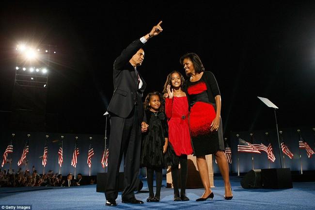 Những bức ảnh hiếm về 2 cô công chúa nhà Obama trong lần đầu đến Nhà Trắng - ảnh 9