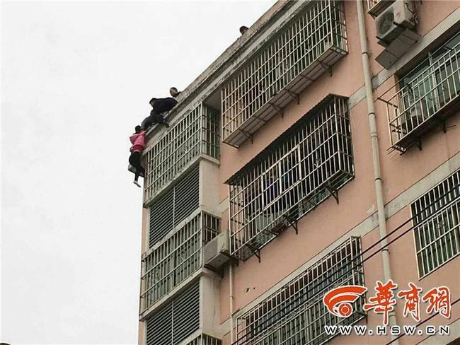 Trèo ra cửa sổ tầng 5 để nhảy lầu tự tử, cô gái trẻ bị túm tóc lôi lại - ảnh 3