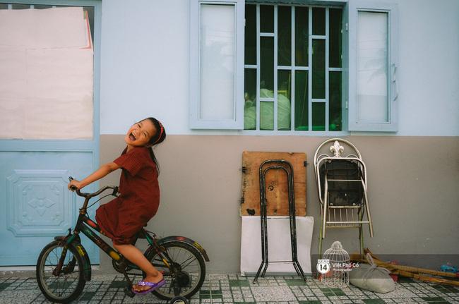 Gia đình vé số Sài Gòn: Ba mẹ ăn chuối luộc thay cơm, hai con gái không biết đến thịt cá - Ảnh 12.