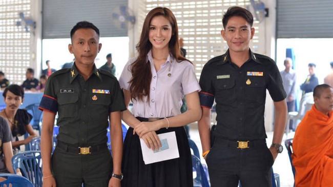 Vẻ đẹp khó cưỡng của những bóng hồng chuyển giới trong đợt tuyển nghĩa vụ quân sự Thái Lan - Ảnh 8.