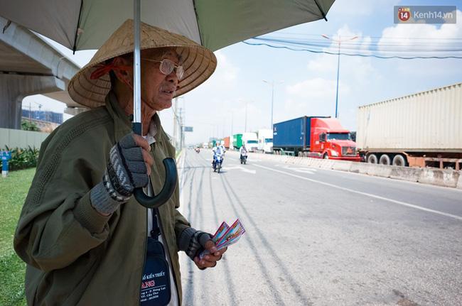 Chùm ảnh: Người dân lao động ở Sài Gòn vật lộn dưới nắng nóng oi bức để mưu sinh - Ảnh 6.