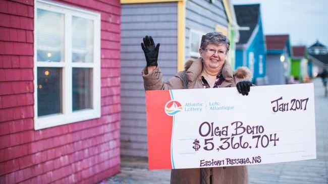 Kiên trì mua dãy số trong mơ suốt 30 năm, cuối cùng, người phụ nữ Canada cũng trúng số 90 tỷ đồng - Ảnh 1.