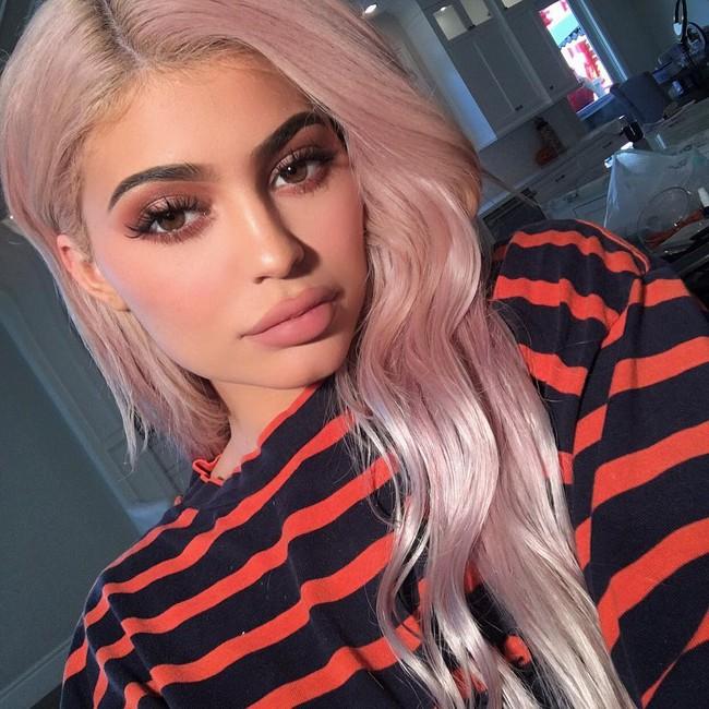 Kylie Jenner dùng những gì mà da đẹp thế? Đây chính là 15 sản phẩm dưỡng da cô nàng sử dụng hằng ngày - Ảnh 1.