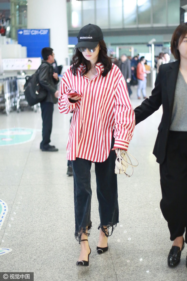 Mạnh tay sắm sửa đồ hiệu, Dương Mịch đã biến sân bay thành sàn diễn thời trang của riêng mình - Ảnh 1.