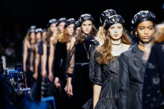 NTK Đỗ Mạnh Cường và giới mộ điệu Việt chê ỏng chê eo BST mới nhất của Dior - Ảnh 4.