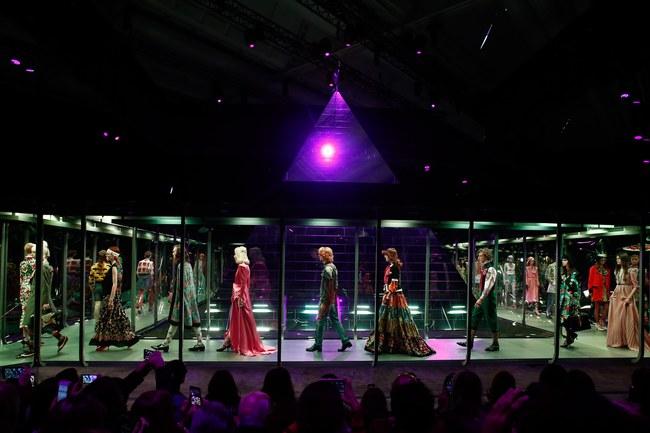 HOT: Hồ Ngọc Hà diện đồ sexy giá hàng trăm triệu, vui tươi tạo dáng bên Tom Hiddleston tại show Gucci - Ảnh 18.
