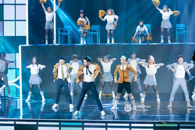 Cựu quán quân Noo Phước Thịnh gây ấn tượng khi vác trăn lên sân khấu chung kết The Remix 2017 - Ảnh 6.