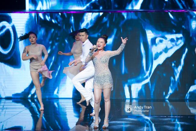 Cựu quán quân Noo Phước Thịnh gây ấn tượng khi vác trăn lên sân khấu chung kết The Remix 2017 - Ảnh 4.