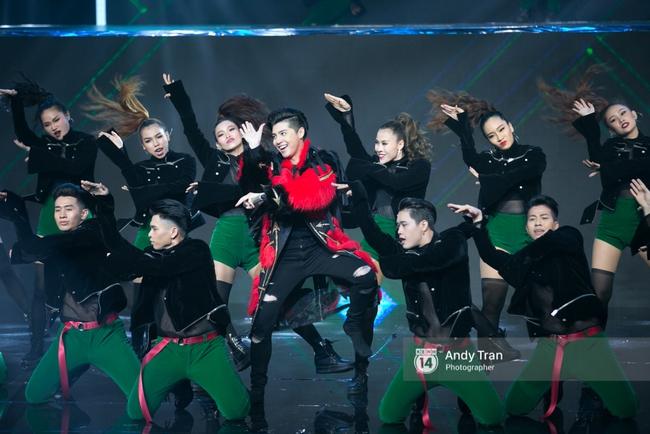 Cựu quán quân Noo Phước Thịnh gây ấn tượng khi vác trăn lên sân khấu chung kết The Remix 2017 - Ảnh 1.