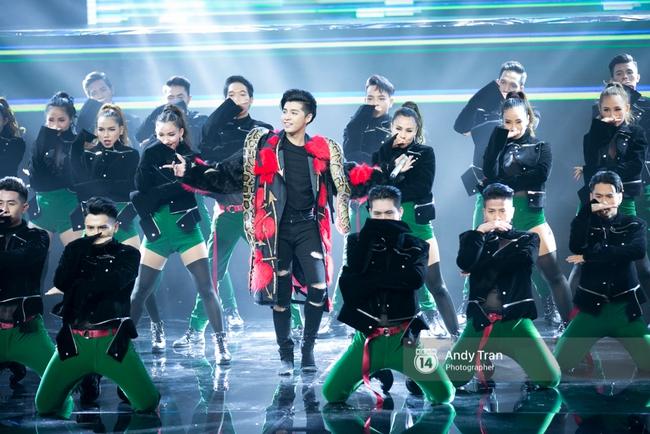 Cựu quán quân Noo Phước Thịnh gây ấn tượng khi vác trăn lên sân khấu chung kết The Remix 2017 - Ảnh 2.