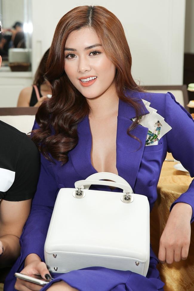 Ngọc Trinh trang điểm cá tính, diện váy xẻ táo bạo tham gia sự kiện - Ảnh 14.