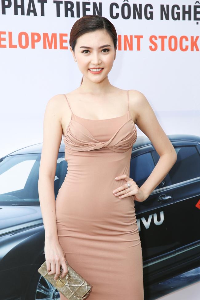 Ngọc Trinh trang điểm cá tính, diện váy xẻ táo bạo tham gia sự kiện - Ảnh 10.