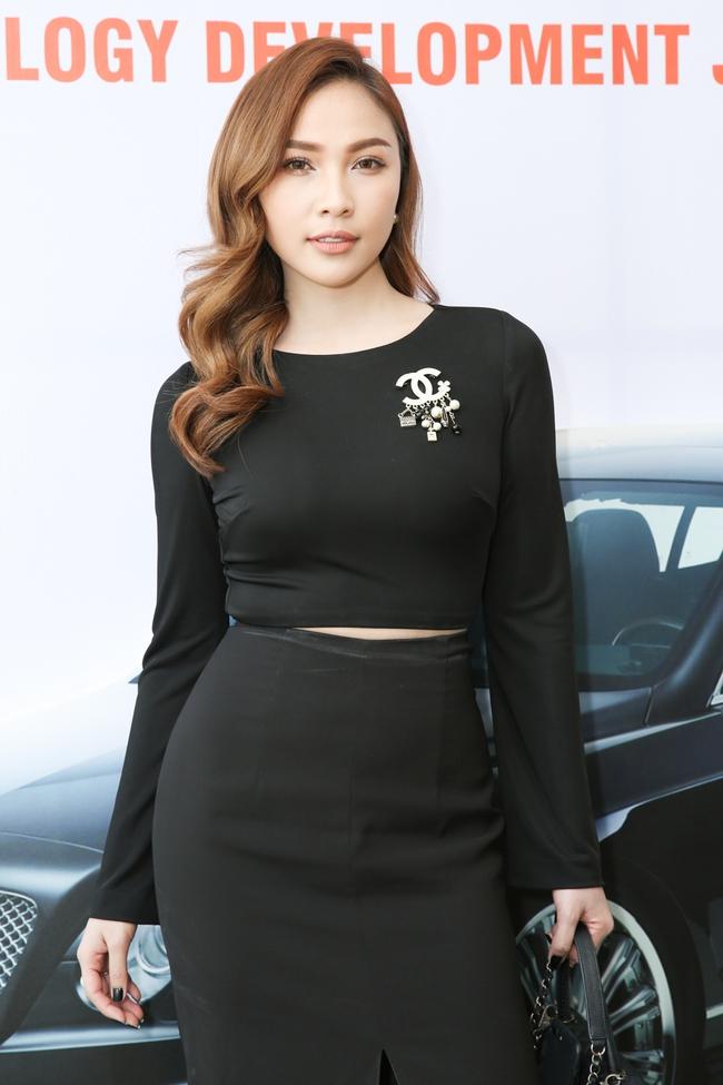 Ngọc Trinh trang điểm cá tính, diện váy xẻ táo bạo tham gia sự kiện - Ảnh 7.
