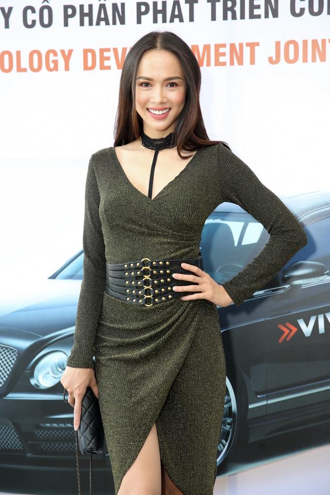 Ngọc Trinh trang điểm cá tính, diện váy xẻ táo bạo tham gia sự kiện - Ảnh 11.