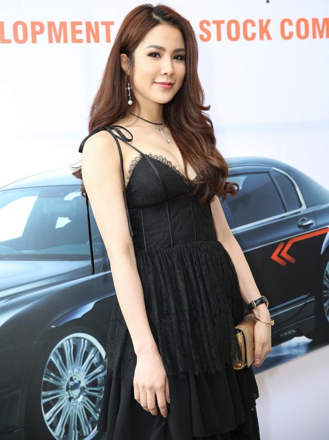 Ngọc Trinh trang điểm cá tính, diện váy xẻ táo bạo tham gia sự kiện - Ảnh 6.