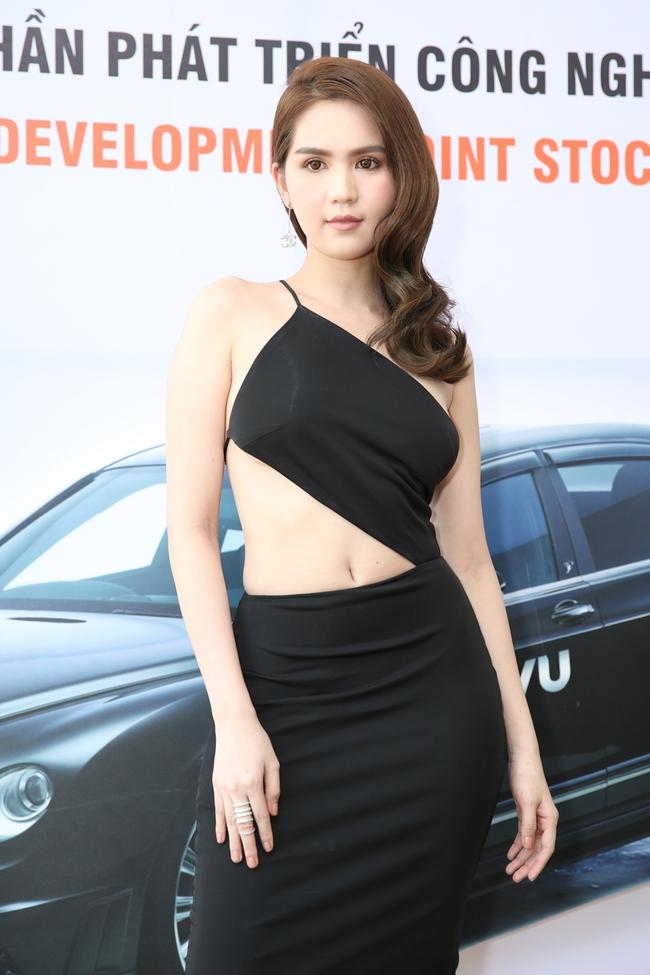 Ngọc Trinh trang điểm cá tính, diện váy xẻ táo bạo tham gia sự kiện - Ảnh 2.