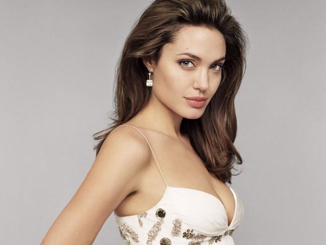 Biểu tượng gợi cảm như Angelina Jolie giờ đây cũng đã có nhiều vết chân chim trên mắt - Ảnh 3.