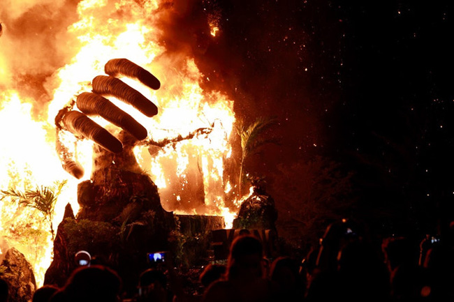 Vụ cháy mô hình Kong buổi ra mắt phim Kong: Skull Island xuất hiện trên báo nước ngoài - Ảnh 3.