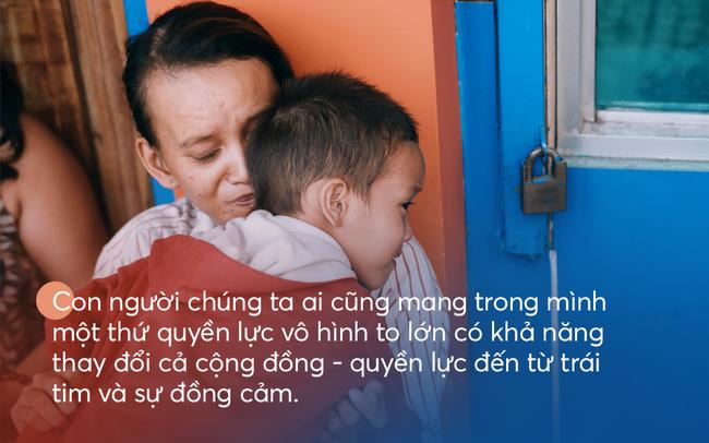 Cậu bé xếp dép được đi học: Ai cũng có thể tạo ra thay đổi, chỉ bằng cách gieo mầm 1 việc tốt rất nhỏ - Ảnh 1.