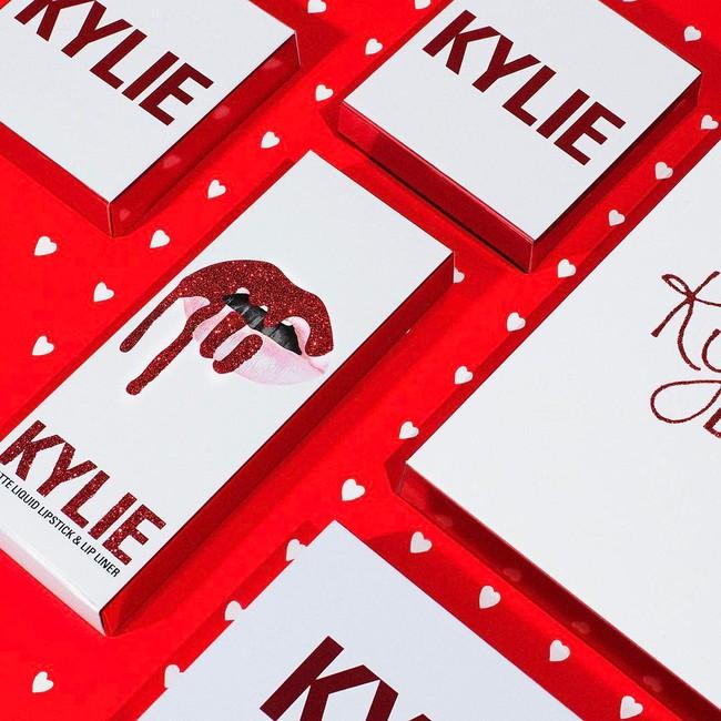 Có tín đồ làm đẹp nào lại không chảy nước miếng trước BST Valentine quá hoành tráng của Kylie Cosmetics cho được! - Ảnh 2.