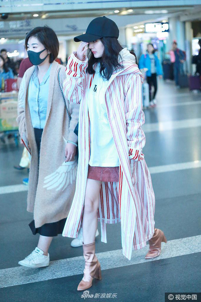 Mạnh tay sắm sửa đồ hiệu, Dương Mịch đã biến sân bay thành sàn diễn thời trang của riêng mình - Ảnh 2.