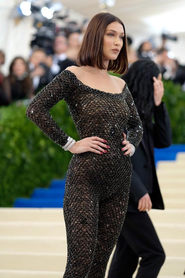 Suốt ngày diện đồ lưới xuyên thấu mặc cũng như không thế này chỉ có thể là đôi bạn cùng tiến Kendall Jenner - Bella Hadid - Ảnh 1.