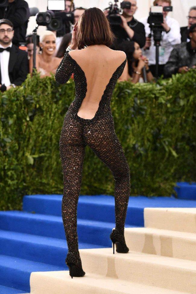 Suốt ngày diện đồ lưới xuyên thấu mặc cũng như không thế này chỉ có thể là đôi bạn cùng tiến Kendall Jenner - Bella Hadid - Ảnh 3.