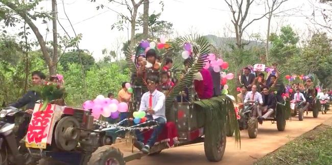 Màn rước dâu bằng 5 xe công nông của cặp đôi lệch nhau 10 tuổi ở Thanh Hóa - Ảnh 2.