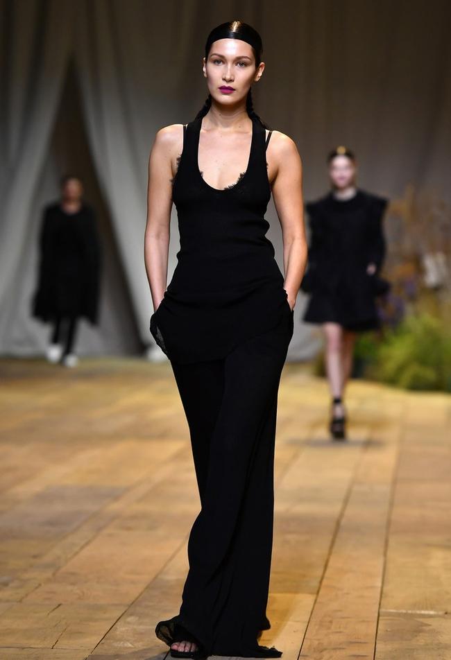 Mặt-đối-mặt trên đường băng H&M, Bella Hadid tiếp tục lơ đẹp The Weeknd - Ảnh 4.