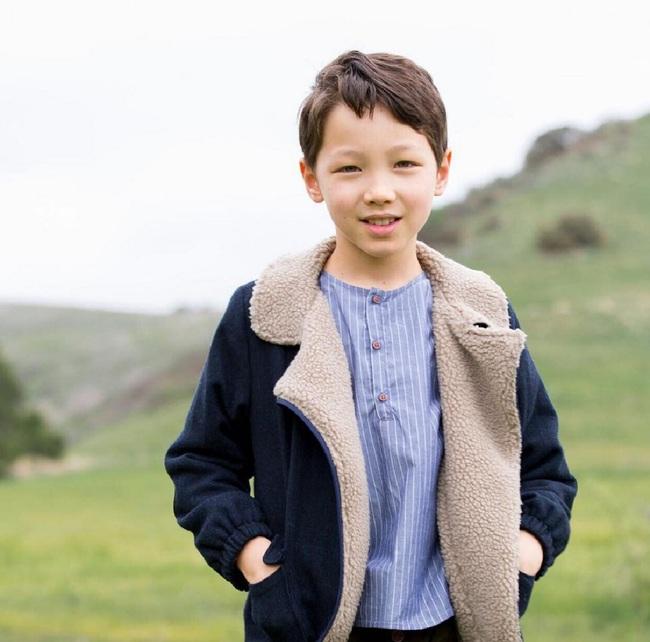 Cậu bé 9 tuổi nói thạo 4 thứ tiếng đốn tim dân mạng bằng vẻ đẹp lai ngọt ngào - Ảnh 10.