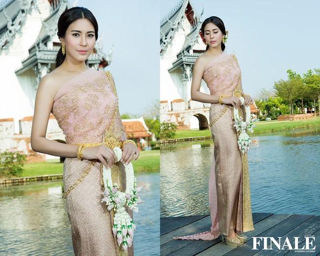 Vẻ đẹp thần thánh của các mỹ nhân hàng đầu Thái Lan trong trang phục truyền thống đón Tết Songkran - Ảnh 11.