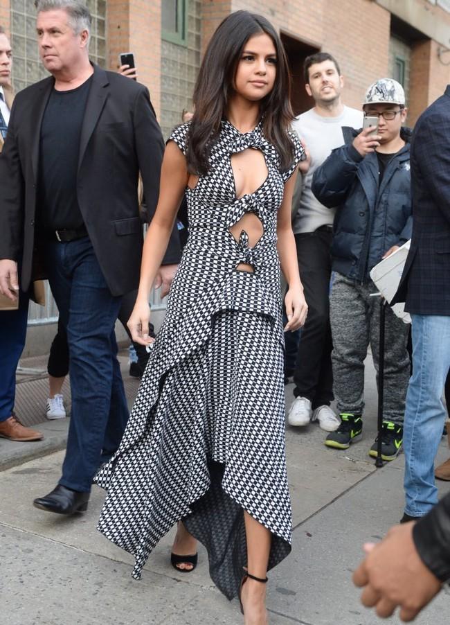Hạnh phúc với tình yêu mới, Selena Gomez tăng cân và lộ mặt nọng - Ảnh 4.