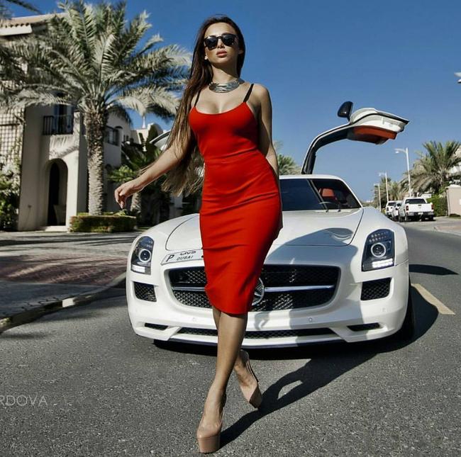 Mùa Hè sang chảnh, thỏa sức khoe dáng của các tiểu thư nhà giàu Dubai - Ảnh 1.