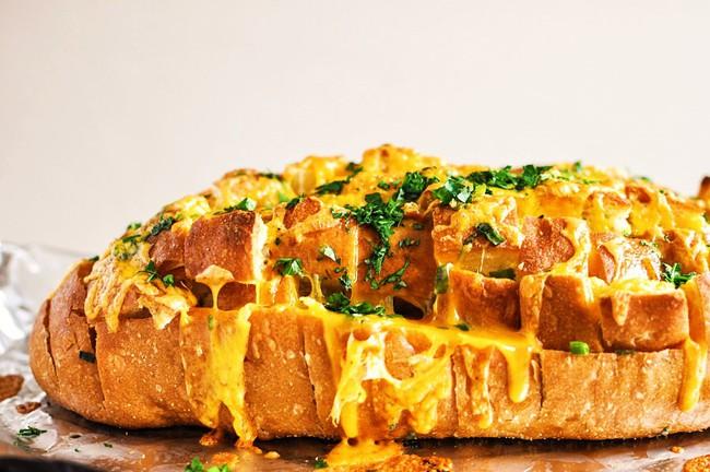 Bánh mì kéo phô mai - món snack mới hấp dẫn không thể bỏ qua - Ảnh 1.