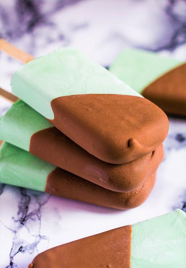 Chế nhanh kem bọc chocolate cực đơn giản cho ngày nắng nóng - Ảnh 6.