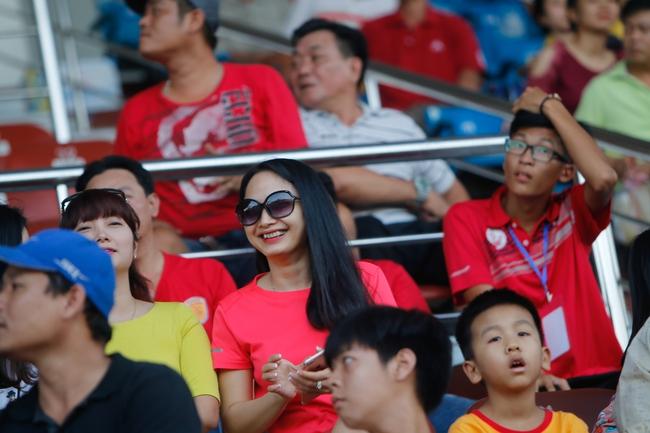 Fan nữ kéo đến sân ủng hộ đội bóng của Công Vinh - Ảnh 3.