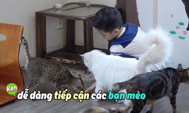 Đăng Khôi hốt hoảng khi con trai bỏ cả thức ăn của mèo vào miệng - Ảnh 3.